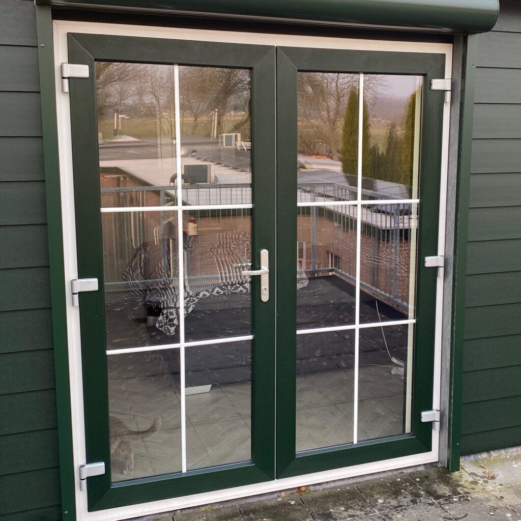 Kunststof terrasdeuren met groen wit hournerf en roeden in het glas