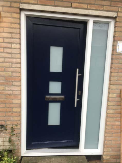 kunststof voordeur met zijlicht wit blauw houtnerf